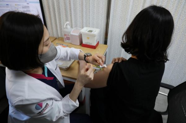 ▲서울시 중구 을지로 국립중앙의료원 중앙예방접종센터에서 의료진이 화이자 백신을 접종 받고 있다.  (뉴시스)