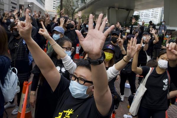 ▲홍콩 민주화 운동가 기소에 항의하는 시위대가 1일 홍콩 웨스트카오룽 치안 법원 앞에서 기습 시위를 벌이고 있다. 홍콩/AP연합뉴스
