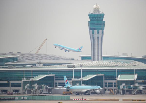 ▲올해 2월 25일 인천공항에서 대한항공 비행기가 날아오르고 있다. (연합뉴스)