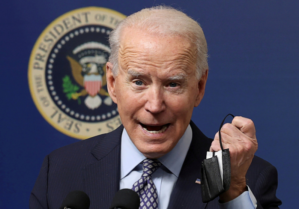 ▲U.S. President Joe Biden displays his face mask as he speaks during an event to commemorate the 50 millionth coronavirus disease (COVID-19) vaccination in the South Court Auditorium at the White House in Washington, U.S., February 25, 2021.