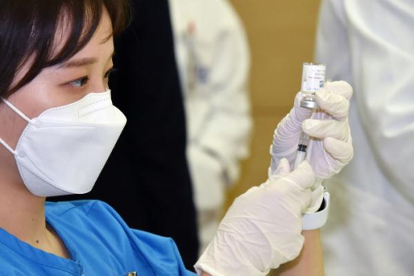 ▲서울 종로구 서울대학교 어린이병원 내 강의실에서 의료진이 코로나19 아스트라제네카(AZ) 백신 접종을 준비하고 있다.  (뉴시스)