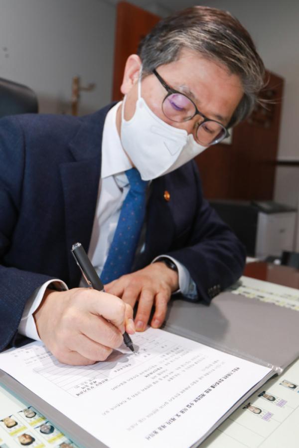 ▲변창흠 국토교통부 장관이 5일 토지소유 정보수집 동의서를 작성하고 있다. (사진제공=국토교통부)