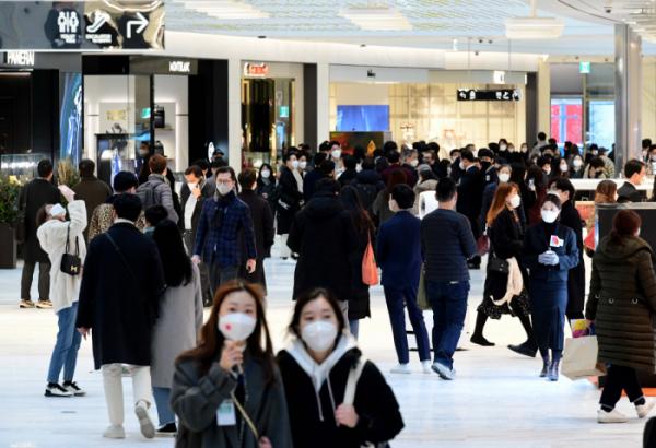 ▲2월24일 서울 영등포구 여의도 파크원에 프리 오픈한 '더현대 서울'을 찾은 시민들이 백화점을 둘러보고 있다. 신태현 기자 holjjak@ (이투데이DB)