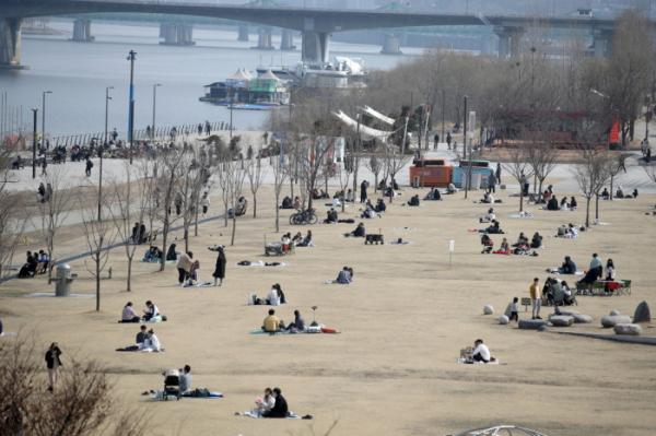 ▲7일 오후 서울 여의도 한강공원에서 시민들이 사회적 거리두기를 유지하며 휴일을 즐기고 있다.  (뉴시스)