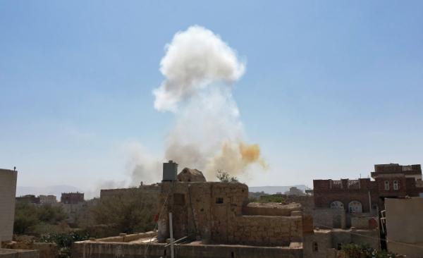 ▲사우디아라비아가 주도하는 아랍동맹군이 7일(현지시간) 예멘 수도 사나의 후티 반군 장악 지역을 공습한 뒤 연기가 피어오르고 있다. 사나/AP연합뉴스