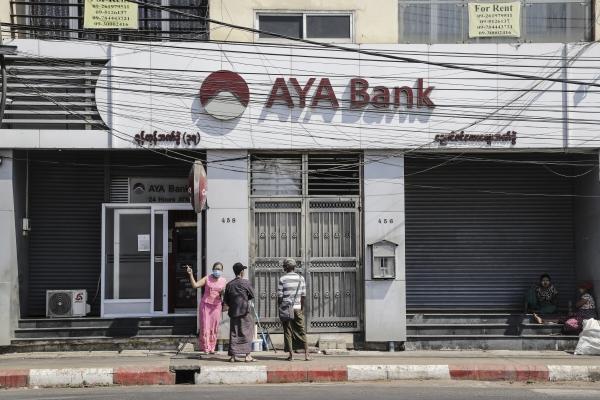 ▲8일 미얀마 양곤에서 은행을 찾은 시민들이 닫힌 문을 보고 발걸음을 돌리고 있다. 양곤/EPA연합뉴스<br>