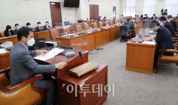 ▲9일 행정안전위원회 법안심사1소위가 국민의힘 의원들이 불참한 가운데 열린 모습.