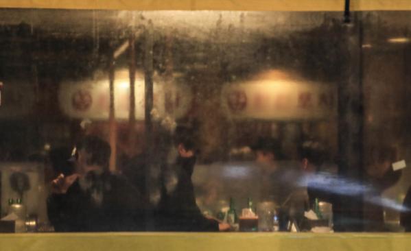 ▲수도권 사회적 거리두기가 2단계로 완화된 이후 3일차인 2월 17일 오후 서울 마포구 홍대입구 인근의 한 헌팅포차에 시민들이 모여 있다. (뉴시스)
