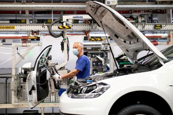 ▲독일 볼프스부르크의 폭스바겐 공장에서 노동자가 자동차 부품을 조립하고 있다.   (볼프스부르크/로이터연합뉴스)