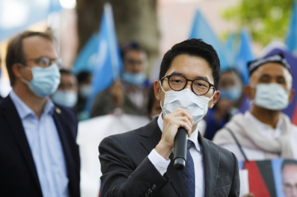 ▲네이선 로가 지난해 9월 1일(현지시간) 독일 베를린에서 왕이 중국 외교부장 방문에 항의 시위를 벌이고 있다. 베를린/AP뉴시스