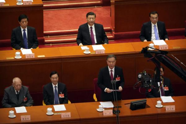 ▲시진핑(맨 위 가운데) 중국 국가주석이 10일 열린 전국인민정치협상회의(정협) 폐막식에 참석해 왕양 정협 주석의 연설을 듣고 있다. 베이징/AP뉴시스