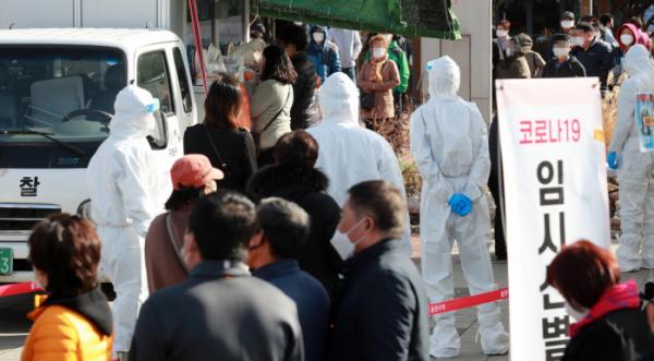 ▲코로나19 임시선별검사소에 외국인근로자 등이 검사를 받고 있다.  (사진제공=뉴시스)