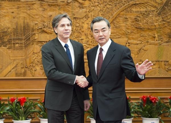 ▲2015년 2월 11일 베이징에서 토니 블링컨(왼쪽) 당시 미 국무부 부장관(현 국무장관)과 왕이 중국 외교부장이 인사를 나누고 있다. 베이징/신화뉴시스