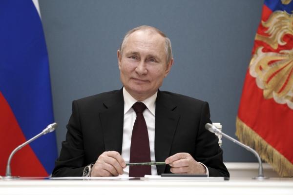 ▲블라디미르 푸틴 러시아 대통령이 17일(현지시간) 크렘린궁에서 화상을 통해 키르기스스탄 금가공 공장 가동식 축하 연설을 하고 있다. 모스크바/AP연합뉴스