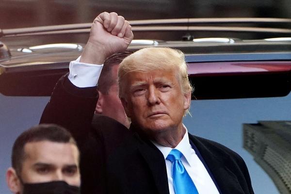 ▲9일(현지시간) 뉴욕 맨해튼에서 도널드 트럼프 전 미국 대통령이 차에서 내려 지지자들에게 인사를 하고 있다. 뉴욕/로이터연합뉴스