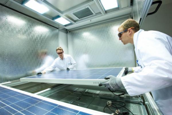▲한화큐셀 독일 기술혁신센터 연구원이 태양광 모듈 품질 테스트를 진행하고 있다. 기사 내용과는 무관. (사진=한화큐셀)
