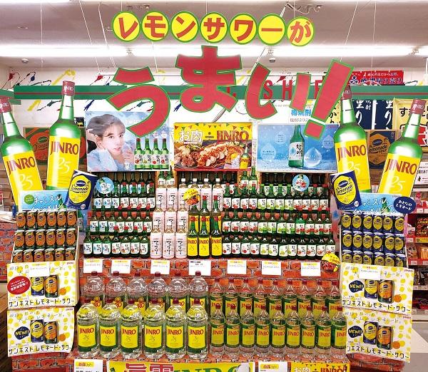 ▲일본 대형마트에 진로 제품들이 진열돼 있다. (하이트진로)