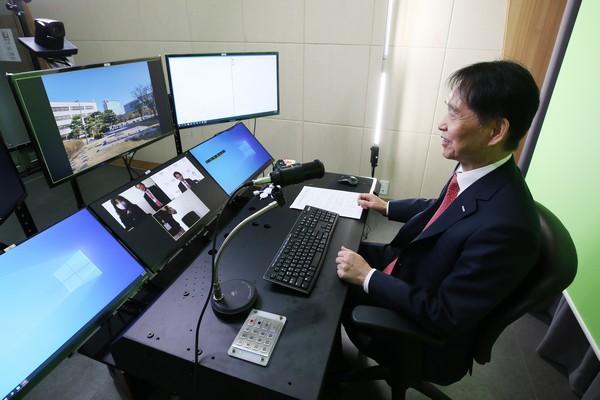 ▲이광형 한국과학기술원(KAIST) 총장이 8일 온라인 기자간담회를 진행하고 있다. (사진제공=한국과학기술원)