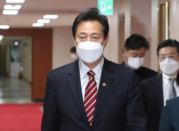 ▲오세훈 서울시장이 13일 오전 서울 종로구 정부서울청사에서 열린 국무회의에 참석하고 있다.  (뉴시스)