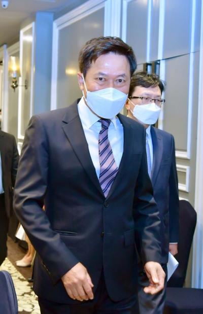 ▲박정호 SKT 대표가 15일 `농어촌지역 5G망` 구축 행사에서 걸어 가고 있다. (사진=연합뉴스)