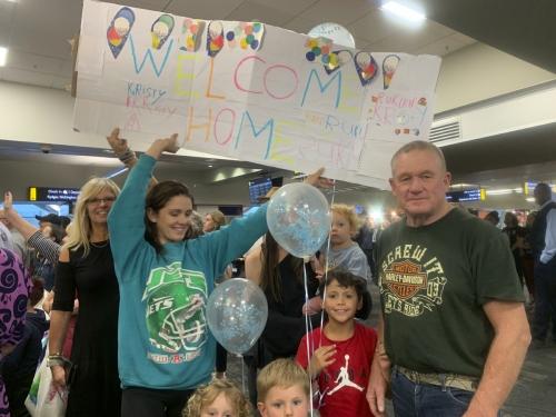 ▲19일(현지시간) 한 가족이 뉴질랜드 웰링턴 국제공항에서 호주에서 비행기를 타고 오는 가족을 기다리고 있다. 웰링턴/AP연합뉴스