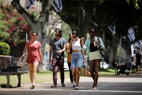▲이스라엘 사람들이 18일(현지시간) 마스크를 벗고 거리를 걷고 있다. 텔아비브/로이터연합뉴스