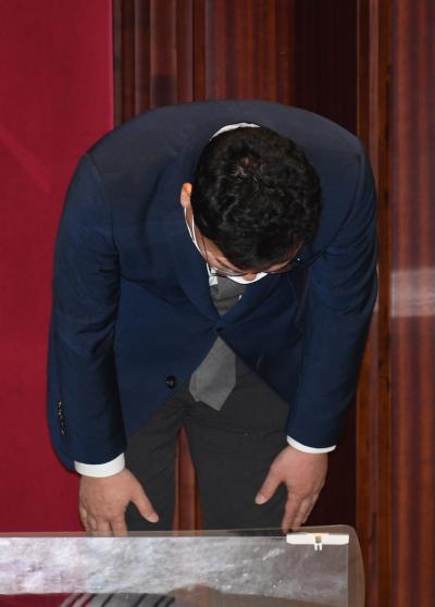 ▲무소속 이상직 의원이 21일 서울 여의도 국회에서 열린 본회의에서 본인의 체포동의안에 대해 신상발언한 뒤 허리숙여 인사하고 있다.  (연합뉴스)