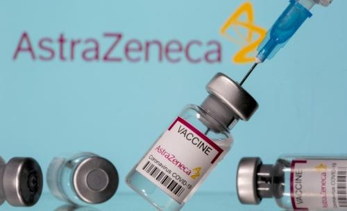 ▲영국 제약사 아스트라제네카의 신종 코로나바이러스 감염증(코로나19) 백신에 주사기가 꽂혀 있다. 로이터연합뉴스