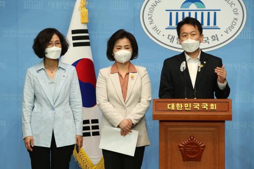 ▲더불어민주당 초선의원들이 22일 국회 소통관에서 당 지도부에 요구하는 쇄신안을 발표하고 있다. (연합뉴스)