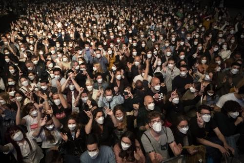 ▲스페인 바르셀로나 팔라우 산 조르디 경기장에서 3월 27일(현지시간) 열린 록밴드 콘서트에 대규모 인파가 참가했다. 바르셀로나/AP연합뉴스