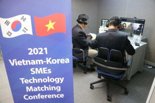 ▲한-베트남 비대면 기술교류 상담회에 참석한 기업이 베트남 현지 기업과 함께 상담를 진행하고 있다.  (사진제공=이노비즈협회)
