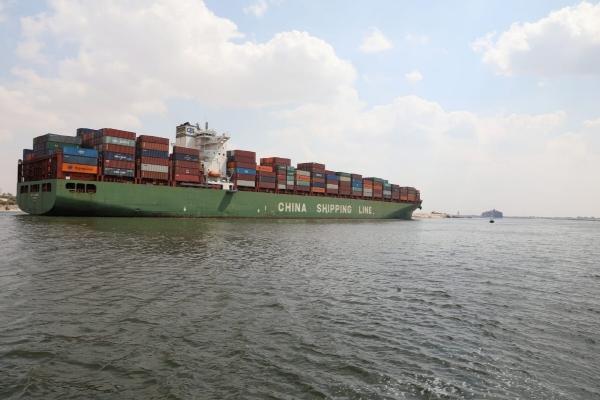 ▲수에즈 운하가 재개통된 가운데 이집트 이스마일리아 인근의 운하 구간으로 지난달 31일(현지시간) 컨테이너선 1척이 지나가고 있다. 마일리아/로이터연합뉴스