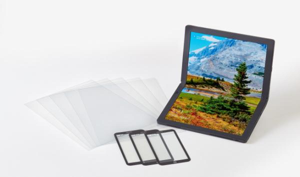 ▲코오롱인더스트리가 개발한 CPIⓇ필름(왼쪽)과 CPIⓇ필름이 사용된 레노버의 X1폴드 노트북 (사진=코오롱인더스트리)