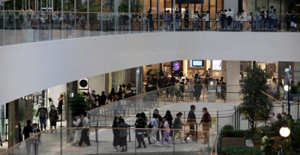 ▲4일 오후 정기세일에 들어간 서울시내 한 백화점에서 내방객들이 쇼핑을 하고 있다. (뉴시스)