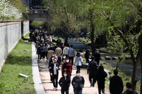 ▲맑은 날씨를 보인 5일 직장인들이 점심시간을 이용해 청계천을 걷고 있다. (연합뉴스)