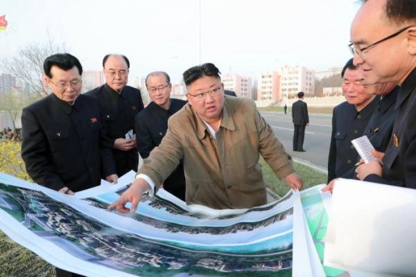 ▲북한 조선중앙TV는 김정은 북한 국무위원장이 3월 31일 평양 시내 보통강 강변 주택건설 현장을 시찰했다고 지난달 1일 보도했다. (뉴시스)