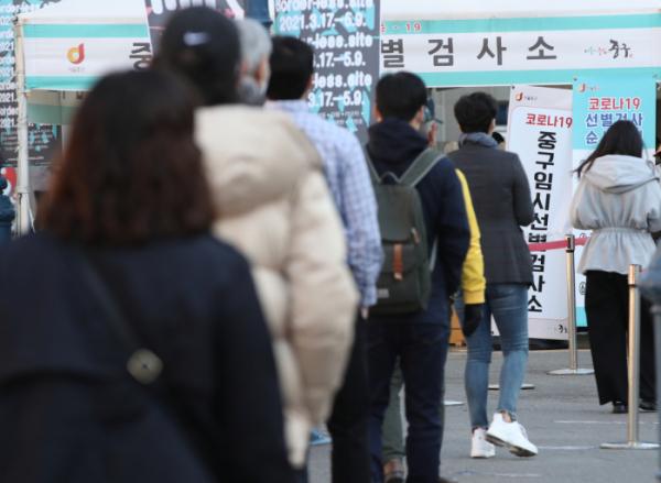 ▲ 5일 오전 서울 중구 서울역 코로나19임시선별검사소에서 시민들이 검사를 받기 위해 줄서 기다리고 있다.  (뉴시스)