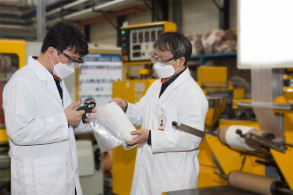 ▲연구원들이 SK종합화학과 코오롱인더스트리가 공동으로 개발한 PBAT 제품의 물성을 측정하고 있다. (사진=SK종합화학)