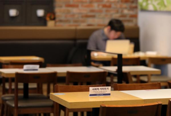 ▲5일 서울 서초구의 한 커피숍에 사회적 거리두기 안내문이 설치돼 있다. (뉴시스)