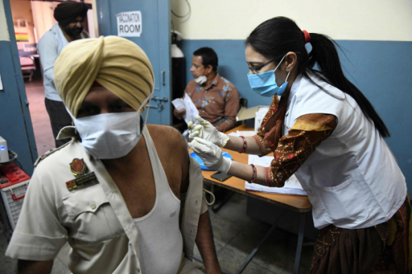 ▲'세계의 백신공장'으로 불리는 인도도 아스트라제네카(AZ) 백신 수출을 일시 중단한 것으로 알려졌다. (AFP연합뉴스)
