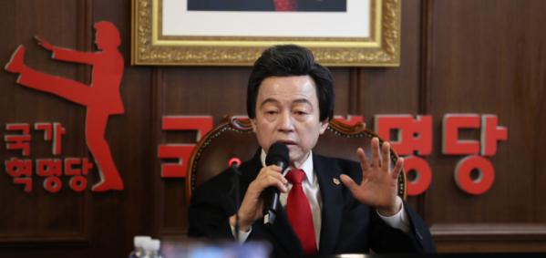 ▲허경영 국가혁명당 대표가 지난해 12월 서울 여의도 중앙당사에서 기자회견을 열고 서울시장 보궐선거 출마를 공식선언하고 있다. (뉴시스)