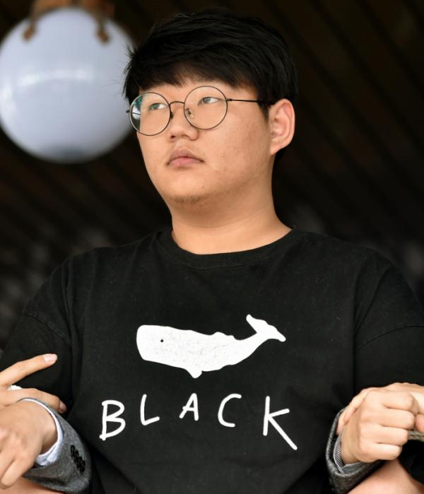 ▲n번방 최초 개설자인 '갓갓' 문형욱이 지난해 5월 18일 경북 안동경찰서에 마련된 포토라인에 서고 있다.  (뉴시스)