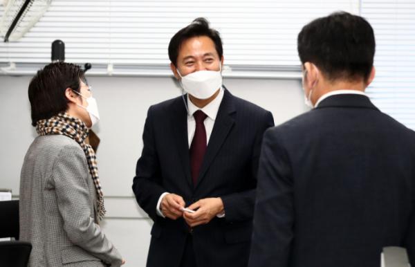 ▲오세훈 서울시장이 8일 오전 서울시청 기자실에서 기자들과 인사를 나누고 있다. (뉴시스)