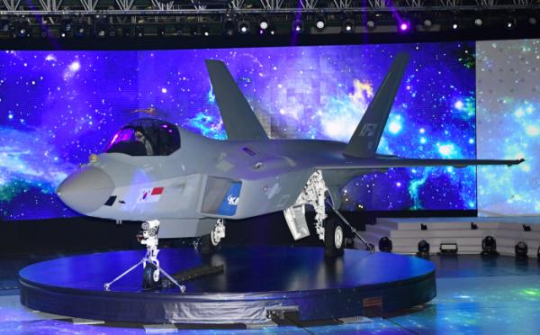 ▲ 9일 경남 사천시 한국항공우주산업(KAI) 고정익동에서 한국형전투기 보라매(KF-21) 시제기가 처음 공개됐다. (연합뉴스)