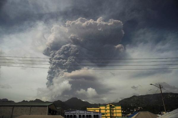 ▲9일(현지시간) 스푸리에르 화산이 폭발하면서 화산재와 연기가 뿜어져 나오고 있다.  세인트빈센트/로이터연합뉴스