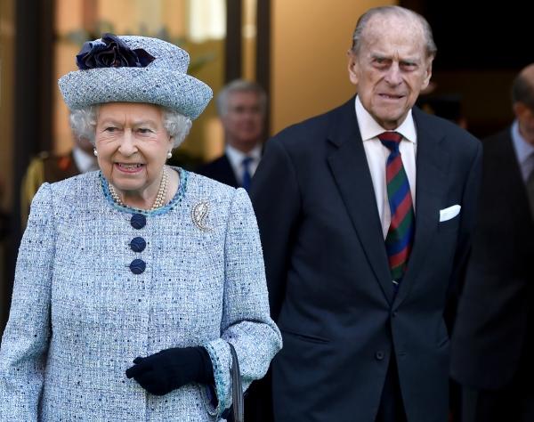 ▲엘리자베스 2세 여왕과 그의 남편인 필립공인  2017년 3월 16일 영국 런던에 있는 국립 육군 박물관을 떠나고 있다. 런던/로이터연합뉴스