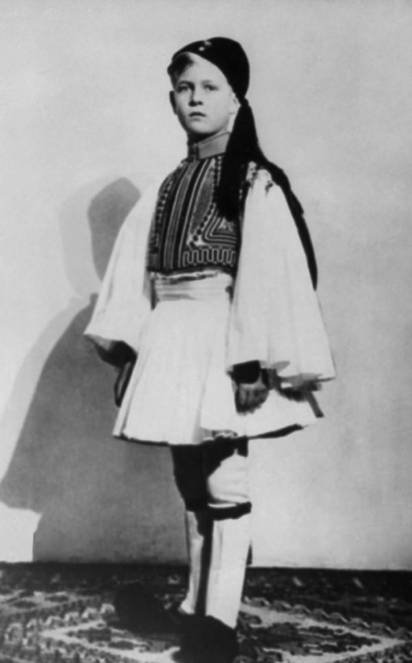 ▲필립공은 1921년 그리스와 덴마크의 왕자인 안드레아스와 왕자비 바텐베르크의 공녀 앨리스 사이에서 태어났다. 사진은 6세 때 그리스 전통 의상을 입은 필립공의 모습. (AP/연합뉴스)