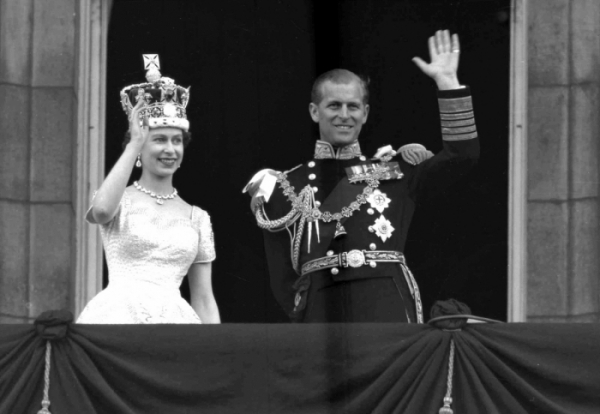 ▲1953년 즉위식을 마친 엘리자베스 2세 여왕 부부. 당시 해군으로 복무중이던 필립공은 2차세계대전 당시 공주를 처음 만나 전쟁 중 편지를 교환하며 사랑을 키웠다. 당시 공주였던 엘리자베스가 필립의 잘생긴 외모에 한눈에 반했다고 한다. (AP/연합뉴스)