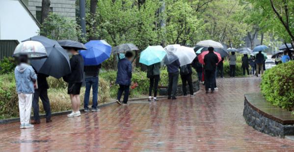 ▲코로나19 신규 확진자가 587명으로 집계된 12일 오후 서울 서초구 서초보건소에 마련된 코로나19 선별진료소에서 시민들이 검사를 받기 위해 줄 서 있다.  (뉴시스)