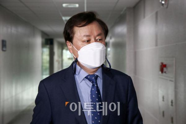 ▲13일 더불어민주당 비상대책위원자인 도종환 의원이 국회에서 열린 3선 의원 모임에 참석했다. (신태현 기자 holjjak@)